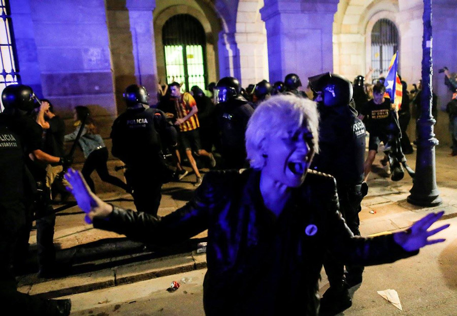 Barselonada baş verən etiraz aksiyalarında 30-dan artıq hüquqmühafizəçi zərər gördü