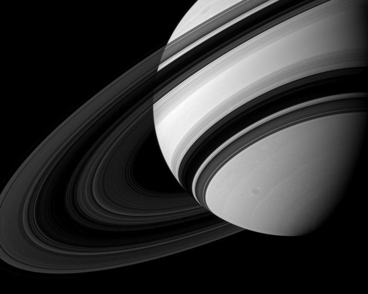 """სატურნის რგოლებიდან უცნაური ქიმიური კოქტეილი """"წვიმს"""" - მოულოდნელი აღმოჩენა"""