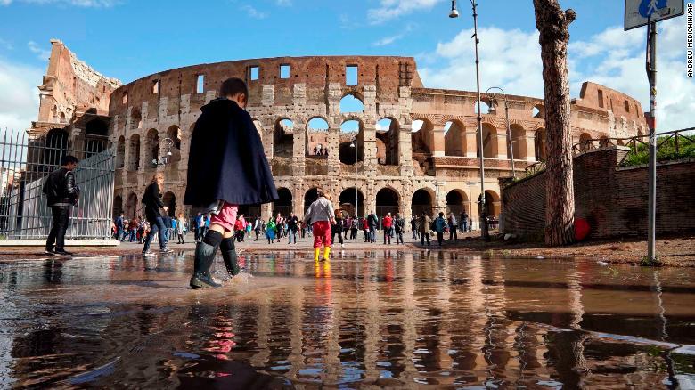 Количество жертв в Италии в результате стихии увеличилось до 17-ти человек