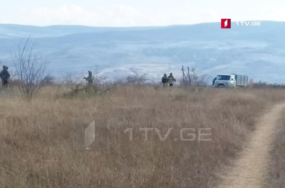 სოფელ ატოცში რუსი სამხედროები რკინის ბოძებს ამონტაჟებენ [ფოტო]