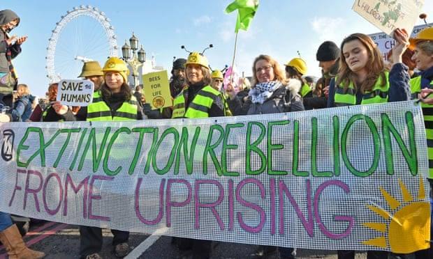 ლონდონში კლიმატის ცვლილებების წინააღმდეგ აქტიური ბრძოლის მოთხოვნით საპროტესტო აქციები მიმდინარეობს
