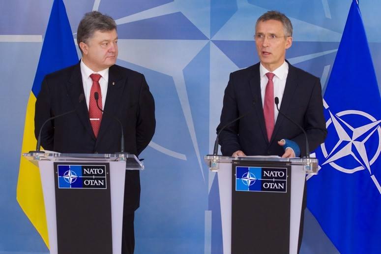 Петр Порошенко и Йенс Столтенберг договорились о скорейшем созыве чрезвычайного заседания комиссии НАТО-Украина
