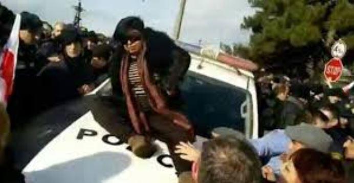 ველისციხესთან პოლიციის ავტომანქანის დაზიანებისთვის დაკავებულ ქეთევან მირიანაშვილს ბრალი ოფიციალურად წარედგინა