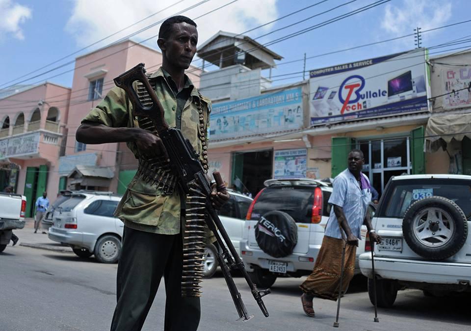 სომალიში ტერორისტული თავდასხმის შედეგად სულ მცირე ექვსი ადამიანი დაიღუპა, 13 კი დაშავდა