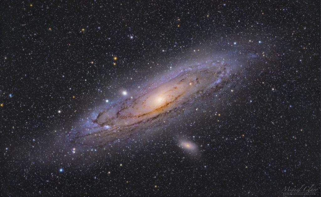 ვარსკვლავების ფერად ზღვაში მოციმციმე ანდრომედას გალაქტიკა [ფოტო]