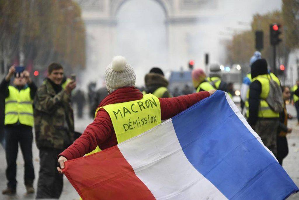 """Демонстрация """"желтых жилетов"""" в Париже вновь переросла в столкновения"""