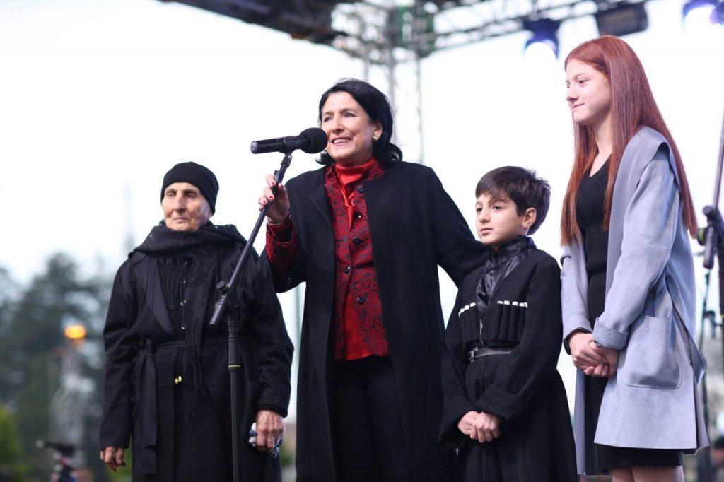 Salome Zurabişvili - Enquri körpüsünün o tərəfində yaşayan həmvətənlilərimizi unutmaq olmaz, bu gün ayrı düşmüşük, lakin birlikdəyik və bir-birimizi təbrik etməliyik