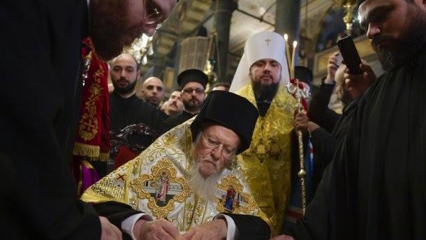 მსოფლიო პატრიარქმაუკრაინის მართლმადიდებელი ეკლესიის მეთაურს ავტოკეფალიის ტომოსი გადასცა