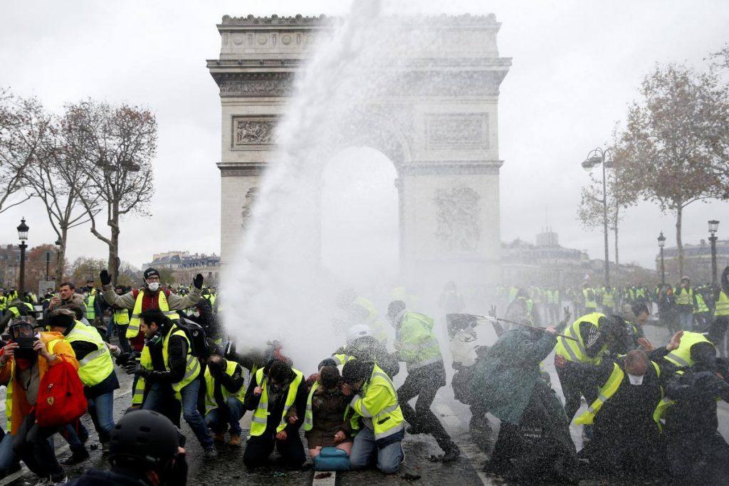 პარიზში ყვითელჟილეტიანების დემონსტრაციაზე კვლავ არეულობა დაიწყო