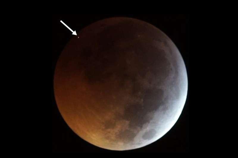 დაბნელების დროს, მთვარეს მეტეორიტი დაეცა [ვიდეო]