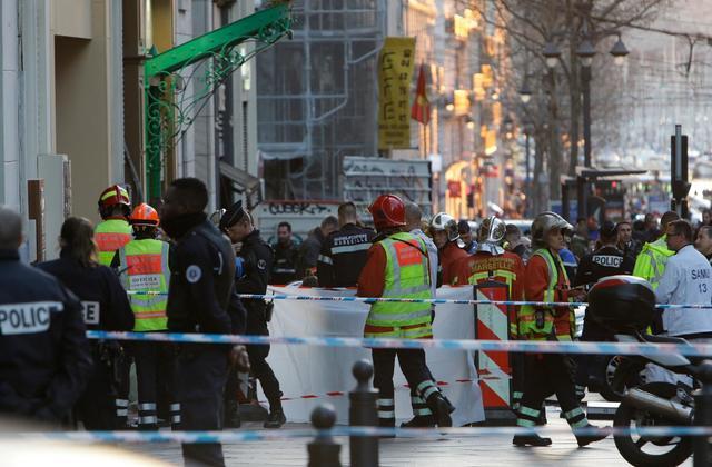 პოლიციამ საფრანგეთში დანით შეიარაღებული მამაკაცი მოკლა