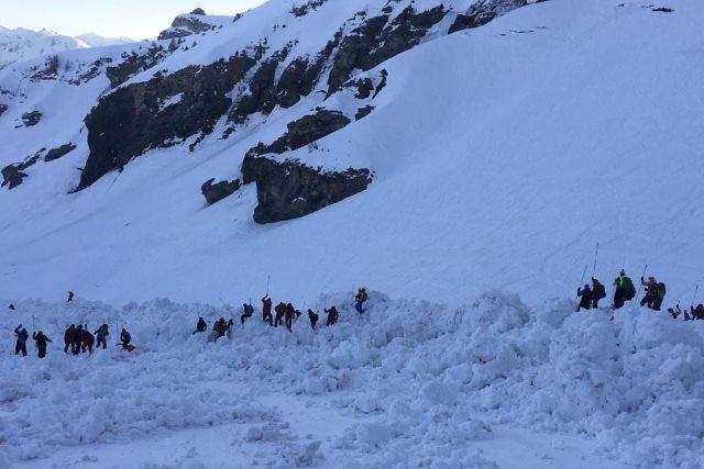 მაშველებმა შვეიცარიაში ზვავის შედეგადდაშავებული ოთხი ადამიანი თოვლიდან ამოიყვანეს