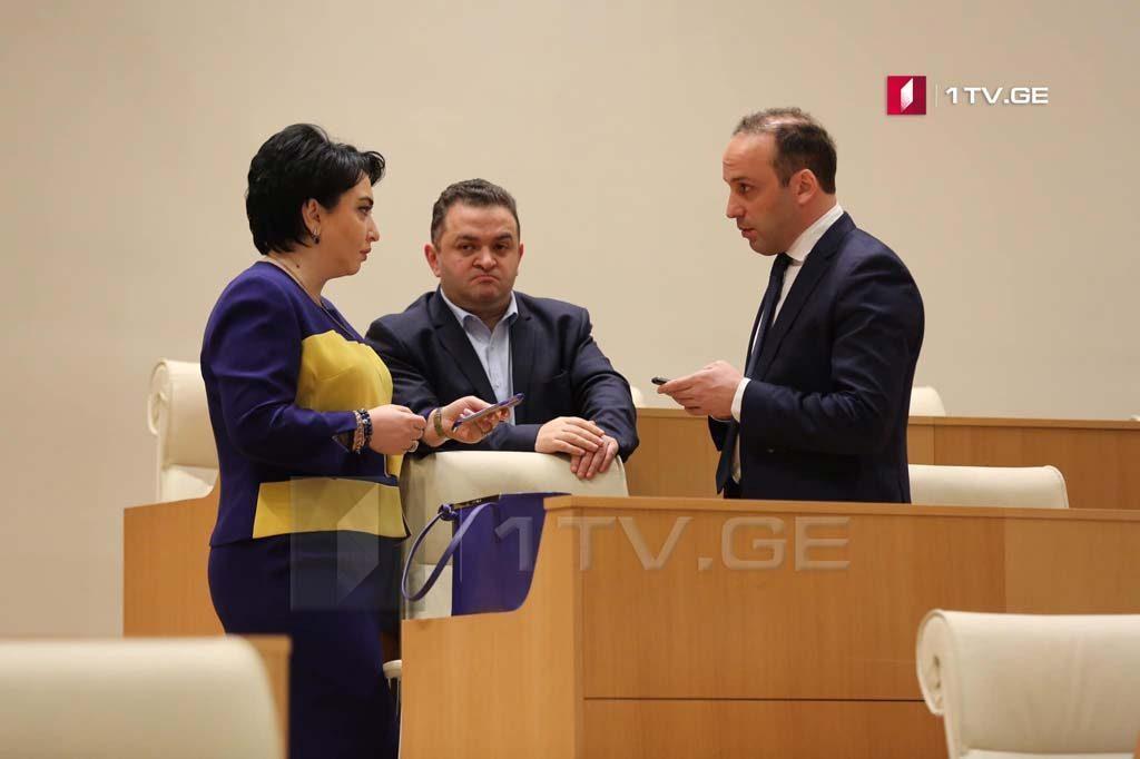 Эка Беселия, Гедеван Попхадзе и Леван Гогичаишвили, предположительно сегодня сделают заявление о выходе из состава парламентского большинства