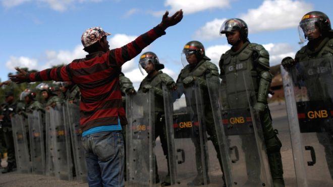 Վենեսուելայի սահմանին զինվորականների և ընդիմության կողմնակիցների միջև բախումների հետեւանքով զոհվել է առնվազն 2 մարդ