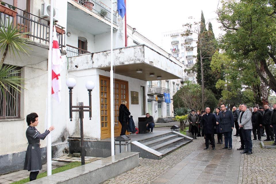ოკუპაციის დღესთან დაკავშირებით, ფოთის ადმინისტრაციულ შენობაზე საქართველოს დროშა დაუშვეს
