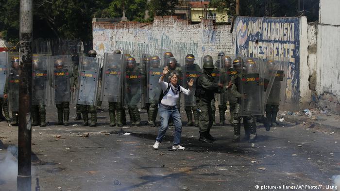 Venesuelladan Kolumbiyaya 270 hərbçi v hüquqmühafizəçi qaçdı