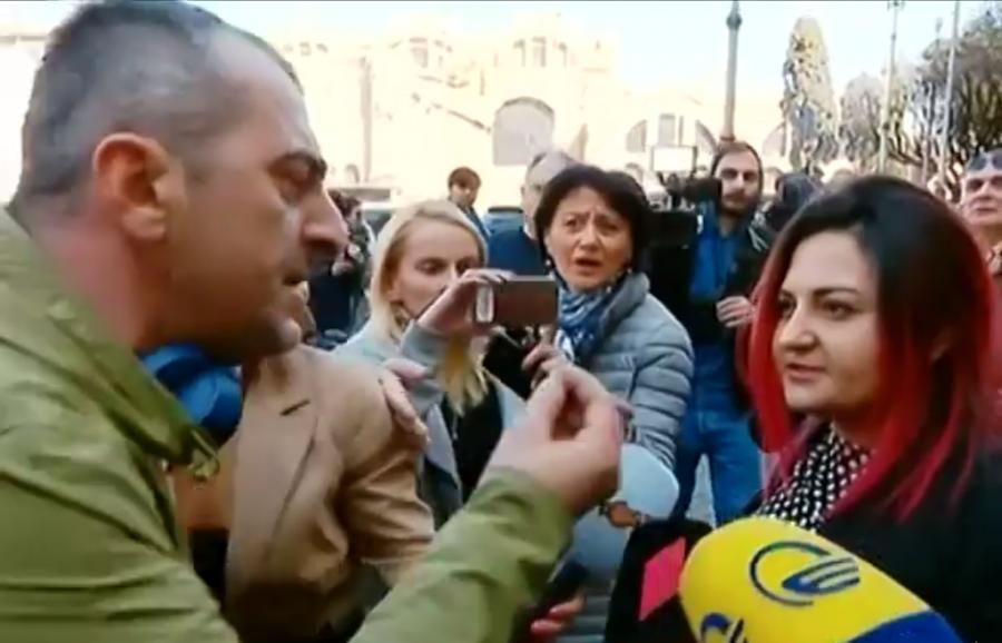 რომში მიხეილ სააკაშვილთან შეხვედრის დაწყებამდე, სასტუმროსთან სიტყვიერი დაპირისპირება მოხდა [ვიდეო]