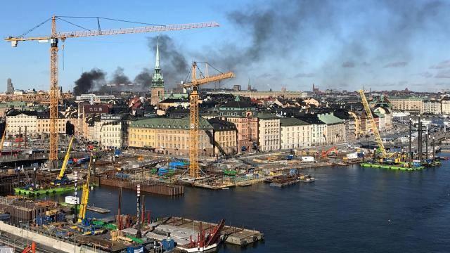 Stokholmda avtobus tunnel divarına çarpıldı və partladı