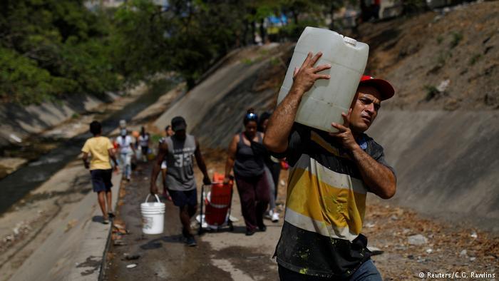 Венесуэле не подается питьевая вода, жители Каракаса пьют из загрязненной реки