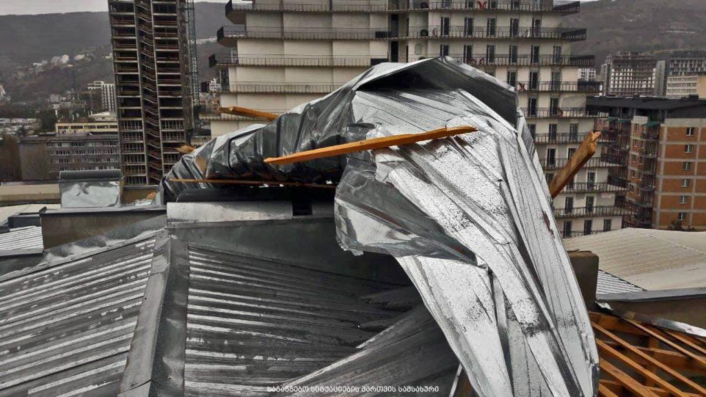 Из-за сильного ветра в Тбилиси были повреждены 15 крыш зданий и 10 автомашин