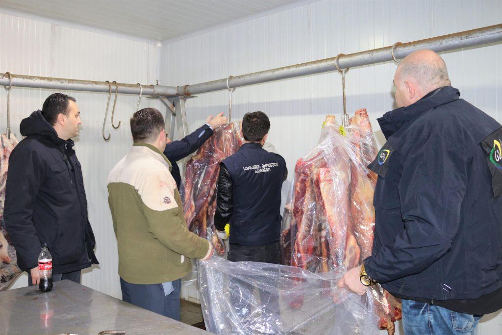 სურსათის ეროვნულმა სააგენტომ თბილისში ერთ ტონამდე ხორცი დალუქა, რომელიც განადგურდება