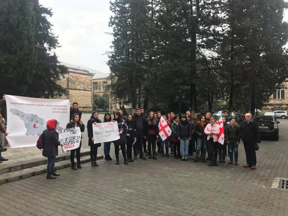 ქუთაისის აკაკი წერეთლის უნივერსიტეტის სტუდენტები ატოცში რუსულ ოკუპაციას გააპროტესტებენ