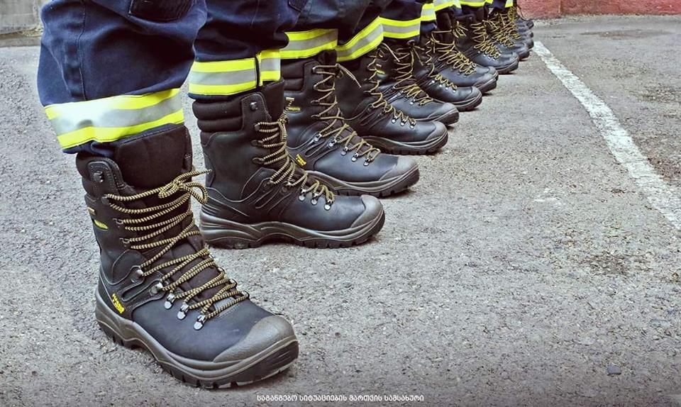 Пожарным-спасателям передали новую спецобувь