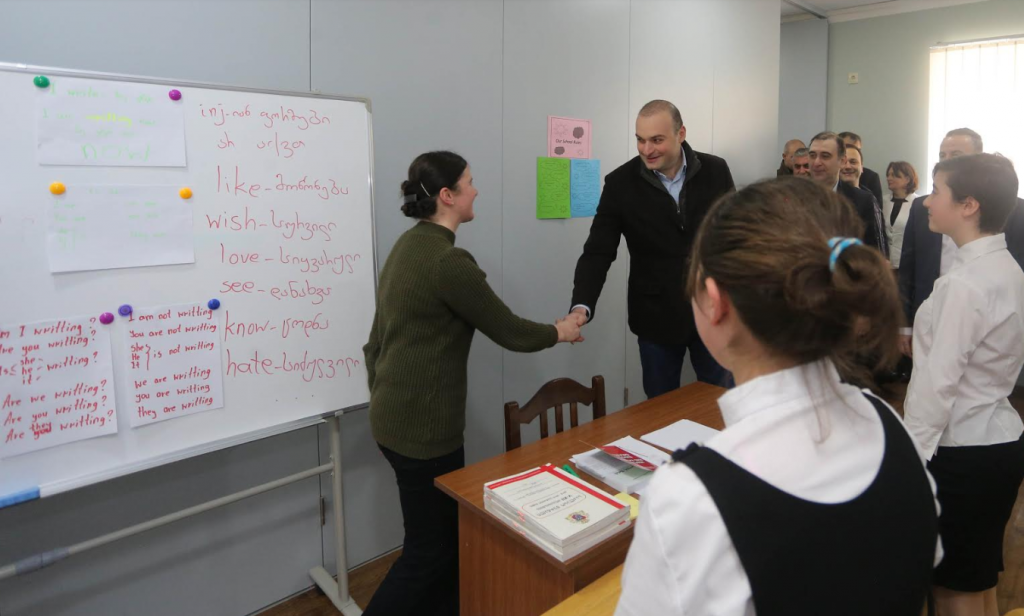 პრემიერ-მინისტრი სოფელ შუასურების ახლად აშენებულ სკოლაში მოსწავლეებსა და პედაგოგებს შეხვდა