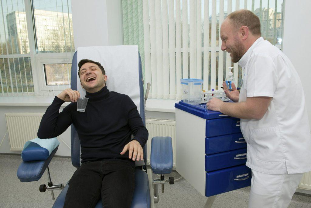 ვლადიმირ ზელენსკიმ და პეტრო პოროშენკომ სისხლის ანალიზი ჩააბარეს
