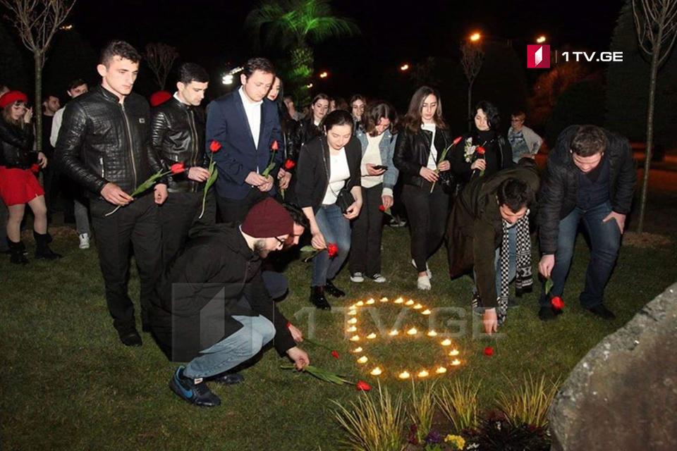 ბათუმის შოთა რუსთაველის სახელმწიფო უნივერსიტეტის სტუდენტებმა 9 აპრილს დაღუპულებს პატივი მიაგეს