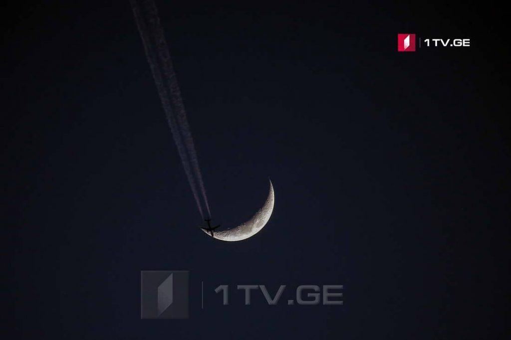 მთვარე, მარსი და კადრში შემთხვევით შემოჭრილი თვითმფრინავი ირაკლი გედენიძის ობიექტივში