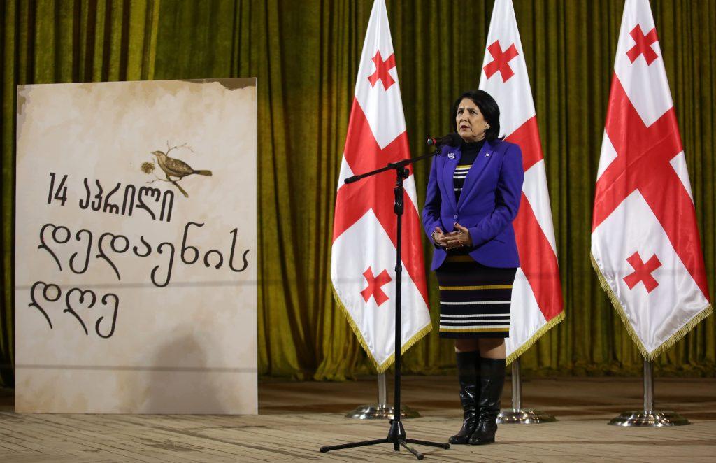 სალომე ზურაბიშვილმა ახალქალაქში ქართული ანბანით მოხატული პანო საზეიმოდ გახსნა