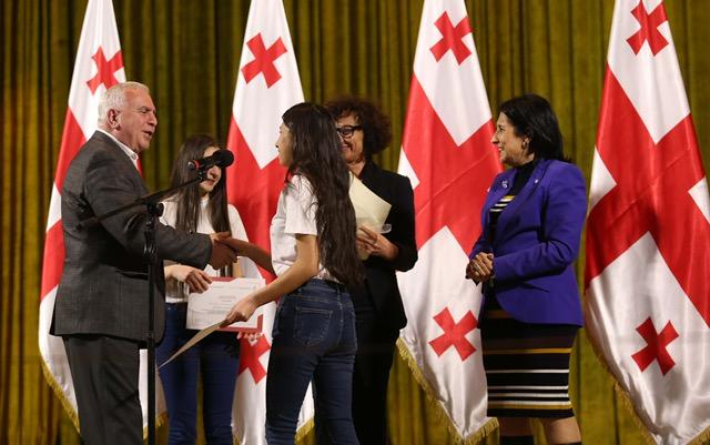 პრეზიდენტმა დედაენის დღისადმი მიძღვნილ კონკურსში გამარჯვებული მოსწავლეები დააჯილდოვა