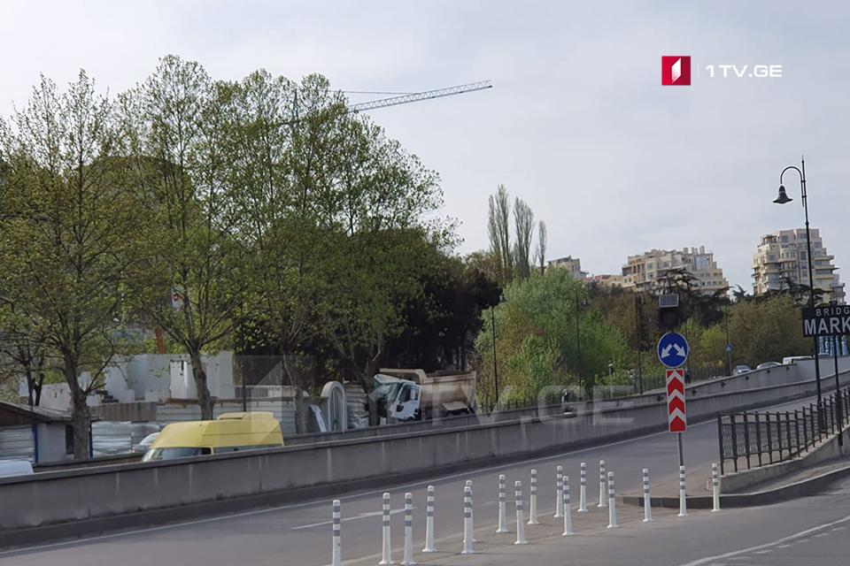 თბილისში, ტაბიძის ხიდთან ავტოსაგზაო შემთხვევის შედეგად ერთი ადამიანი დაიღუპა