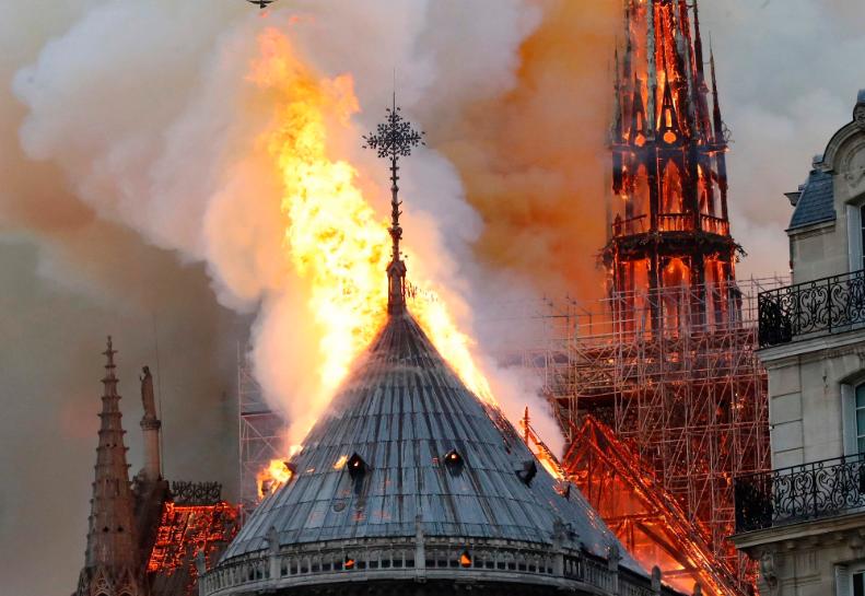 პარიზის ღვთისმშობლის ტაძრის ხის სახურავი მთლიანად დაიწვა