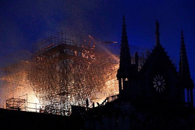 მეხანძრეებმა პარიზის ღვთისმშობლის ტაძრის სტრუქტურის სრული განადგურებისგან გადარჩენა შეძლეს