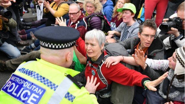 ლონდონში კლიმატის ცვლილებასთან დაკავშირებული დემონსტრაციის დროს 200-ზე მეტი ადამიანი დააკავეს