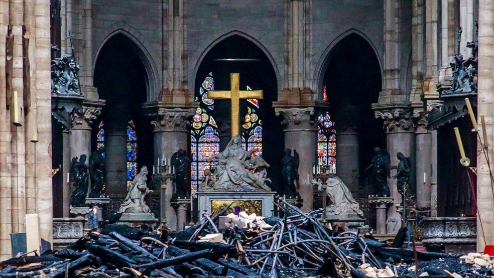 პარიზის ღვთისმშობლის ტაძარში ხანძრიდან ორი დღის შემდეგ, საფრანგეთის ყველა ტაძარში ზარები ერთდროულად დარეკეს