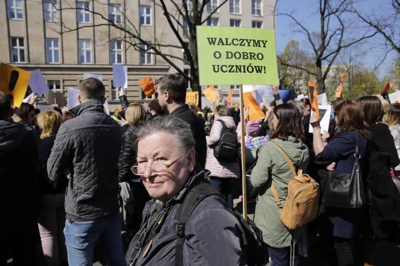პოლონეთში მასწავლებლები, ანაზღაურების მომატების მოთხოვნით, დემონსტრაციას მართავენ