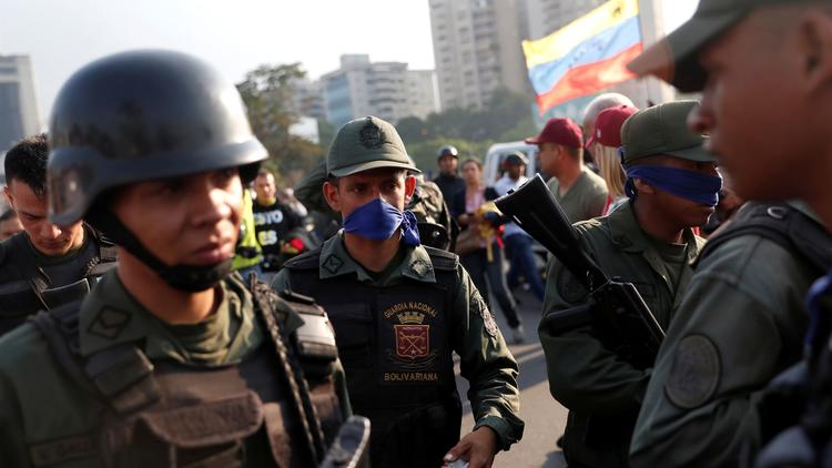 Между солдатами перешедшими на сторону Хуана Гуаидо и военными поддерживающими Николаса Мадуро произошло противостояние