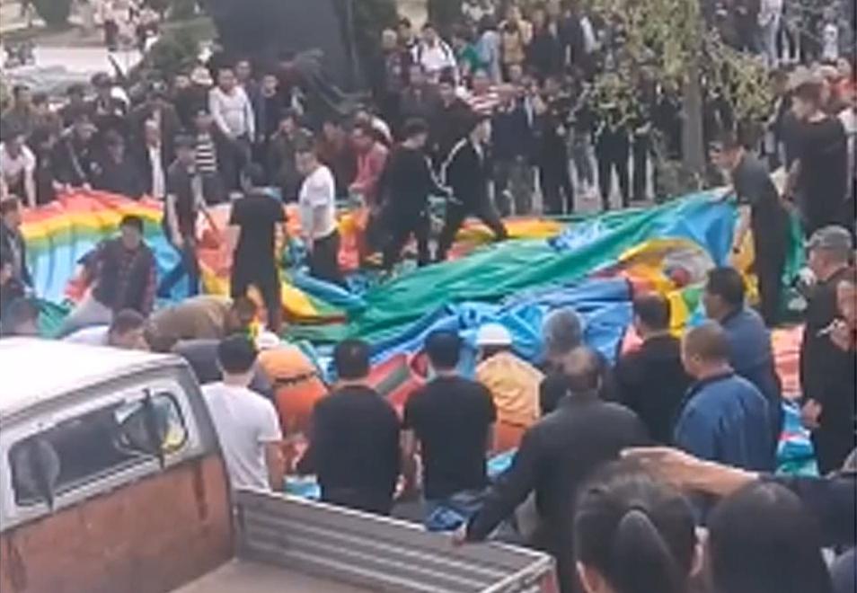 ჩინეთში ტორნადომ გასაბერი ბატუტი ამოაყირავა, რის შედეგადაც ორი ბავშვი დაიღუპა, შვიდი დაშავდა