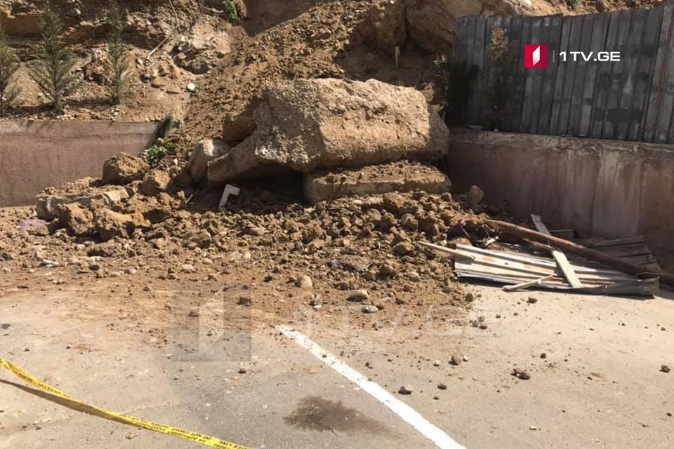 თბილისში, გურამიშვილის გამზირზე მიწის მასა ჩამოიშალა