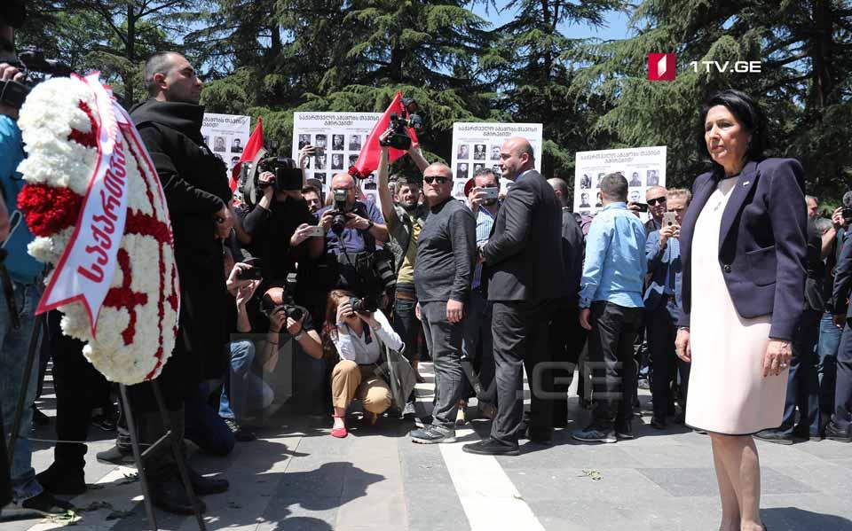 """Salome Zurabişvili Vake Parkında """"Bilinməyən əsgər"""" memorialına əklil qoydu"""