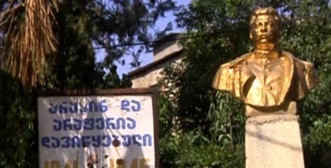 სოფელ აკურაში უცნობმა პირმა მეორე მსოფლიო ომში დაღუპულთა მემორიალთან სტალინის ბიუსტი დადგა