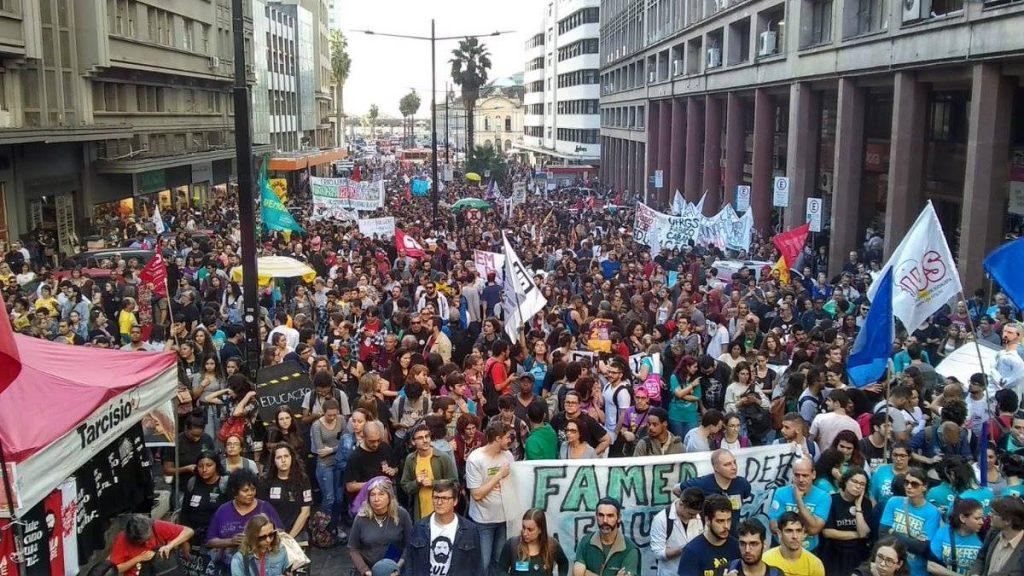 """ბრაზილიის პრეზიდენტმა განათლების დაფინანსების შეზღუდვის წინააღმდეგ გამოსულ დემონსტრანტებს """"სასარგებლო იდიოტები"""" და """"იმბეცილები"""" უწოდა"""