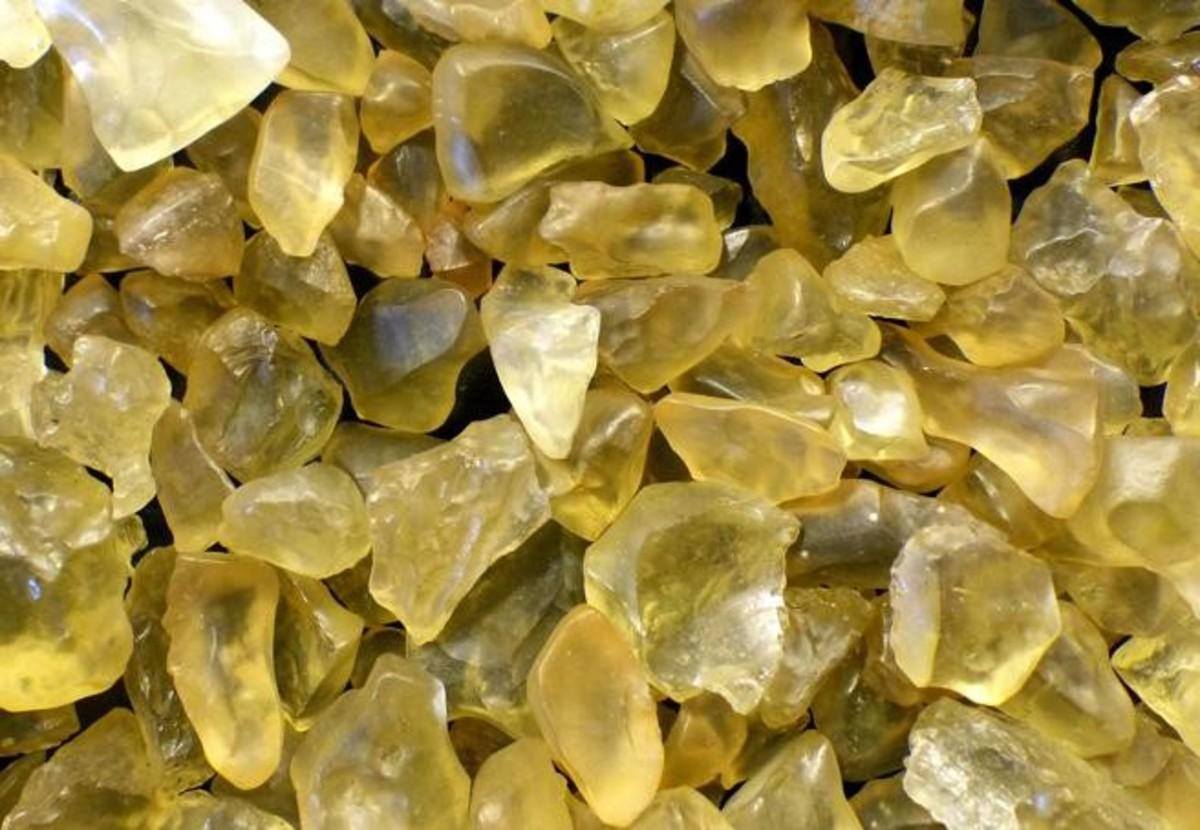 ეგვიპტის უდაბნოს უცნაური, ყვითელი მინის ქვების წარმოშობის საიდუმლო ამოხსნილია