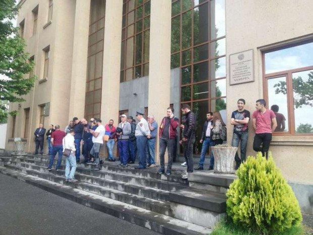 ნიკოლ ფაშინიანისმომხრეებმა ერევანსა და სხვა ქალაქებში სასამართლოების შენობების შესასვლელები დაბლოკეს