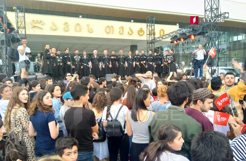 Из-за сильного ветра и града концерт, посвященный 26 мая, был временно приостановлен в Телави