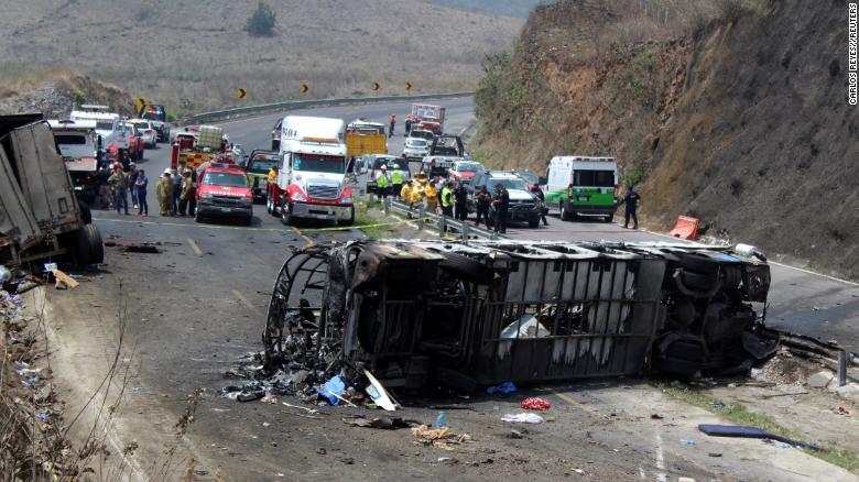 მექსიკაში ავტოსაგზაო შემთხვევის შედეგად 23 ადამიანი დაიღუპა
