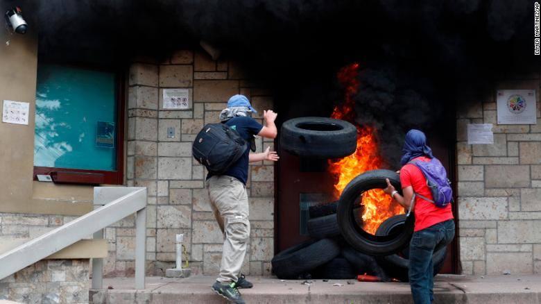 ჰონდურასში აშშ-ის საელჩოს შესასვლელს ცეცხლი წაუკიდეს